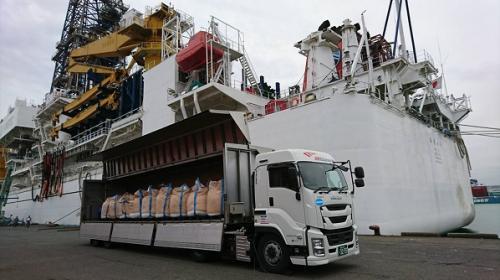 地球深部探査船「ちきゅう」へ塩を輸送