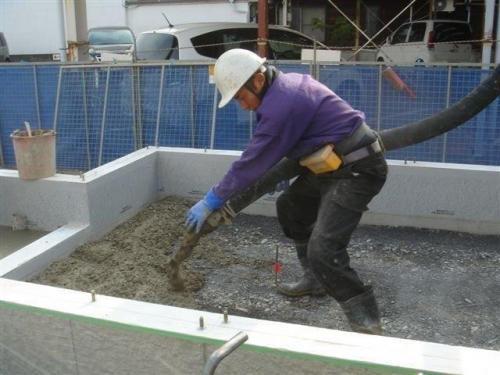 コンクリートを流し込みます
