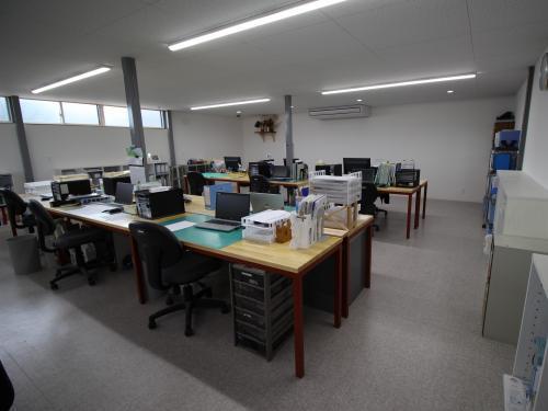 各自の机は広々と空間を取り、事務作業にも集中できます
